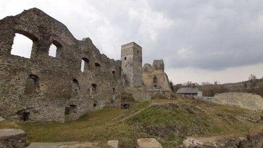 Dolní palác, věž a část areálu