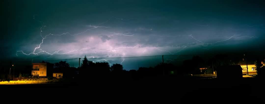 Blesky na nočnej oblohe