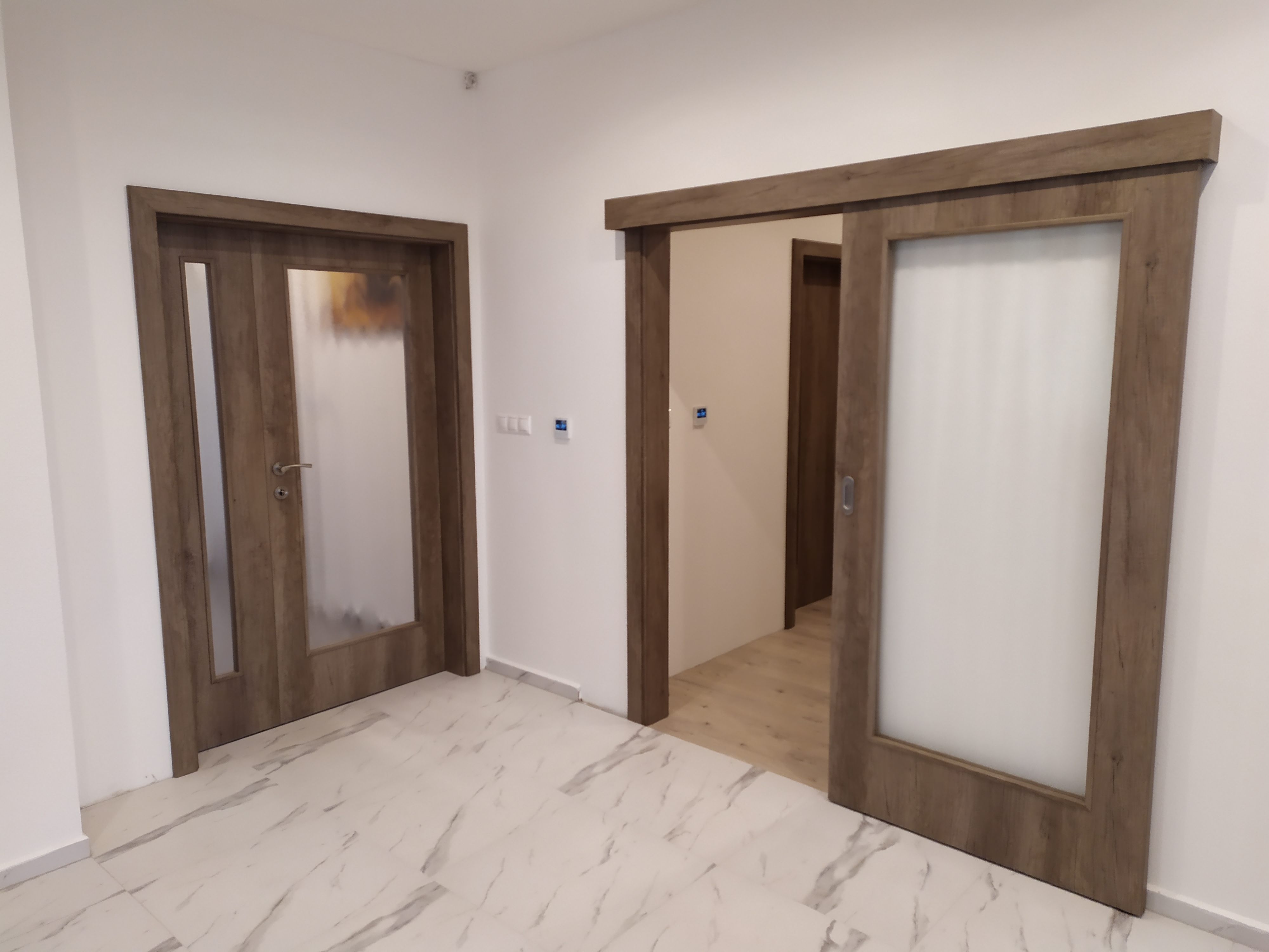 montaz dveri so sklom a posuvne dvere