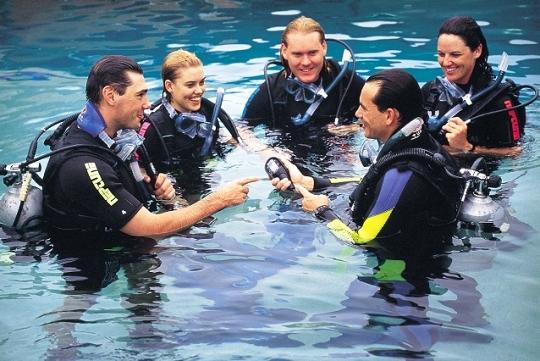 Skupina potápačov v kurze potápania
