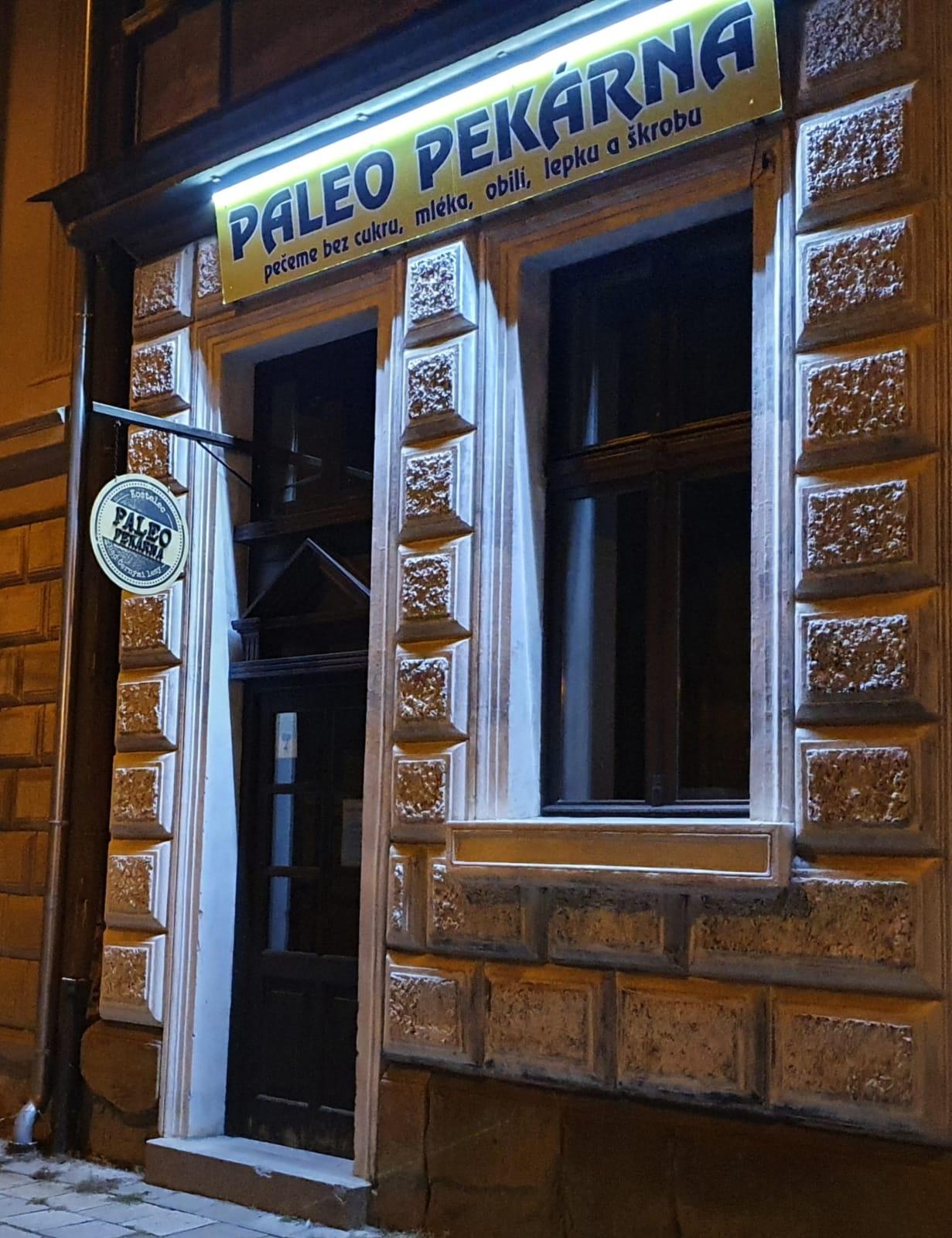 Prodejna Paleo pekárna Kostelec nad Černými Lesy a náměstí Smiřických 79 foceno večer