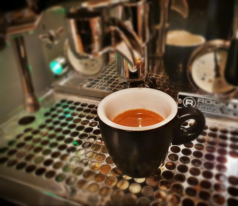 Hrníček na espresso nemusí být celý čistě bílý, ale vnitřní bílá strana kávě sluší nejvíc