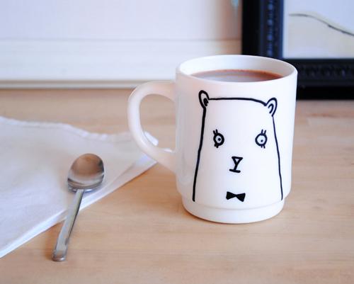 Ručně zdobený hrníček potěší nejednoho milovníka kávy