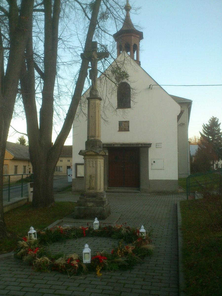 Adventní věnec u kapličky v Žeravicích